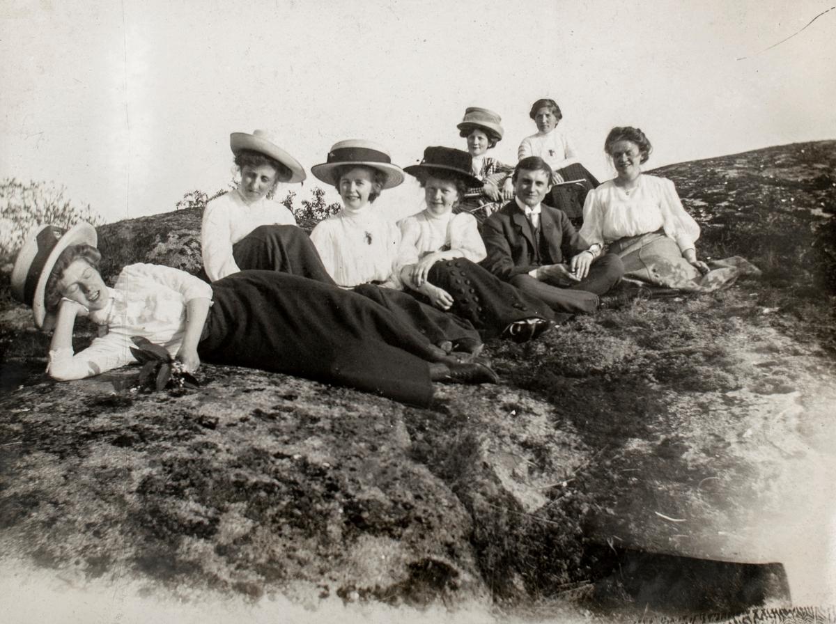Gruppeportrett av noen kvinner og en mann på landtur til Sørbyøya.