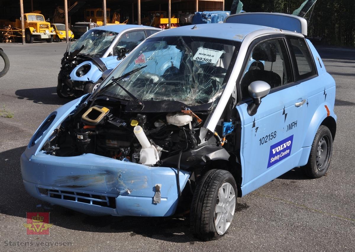 Blå crash-testet elektrisk drevet personbil Pivco Piv5. Bilen er kollidert i front venstre side i 50km/t. Airbagene er utløst.   Bilen har et karosseri av termoplast, (polyetylen) og et tak av ABS plast. Underramme av stål og overramme av aluminium. Kollisjonsbjelker i dørene. Deformasjonssoner. Airbag på fører- og passasjersiden. Farget glass, sort og grått interiør. Den har en motor på 34 kW maks effekt, og lithiumbatteri.
