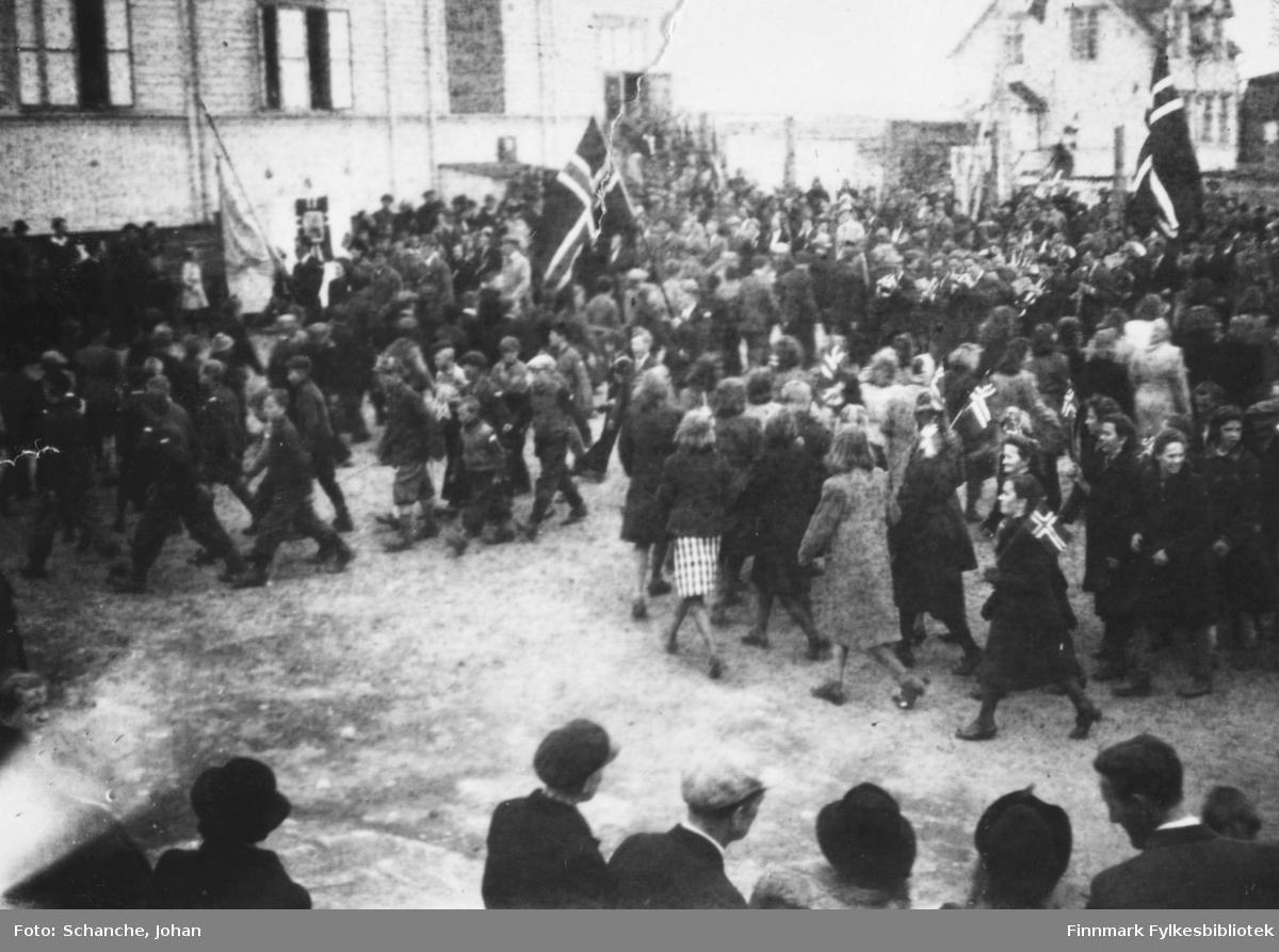 Vadsø 17.mai 1945. Innkomst, folketoget, på skoleplassen (foran den gamle gymnastikksalen).