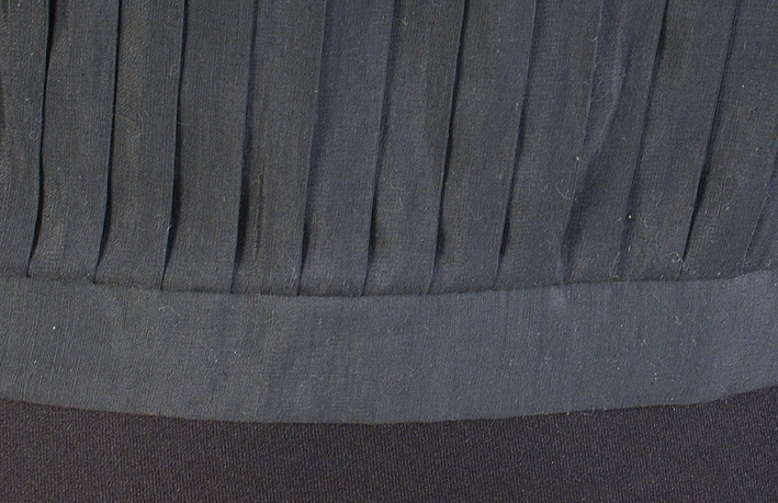 """2 st svenska unionsflaggor. Monterade på svartmålade rundstavar. En vit klisterlapp satt på vardera flaggas skaft med texten """"Ägare EDA SKANS MUSEIFÖRENING"""", men dessa togs bort för att inte äventyra föremålens framtida bevarande."""