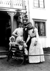 Kona til doktor Otto Mejlænder med barn og en mann og ei kvi