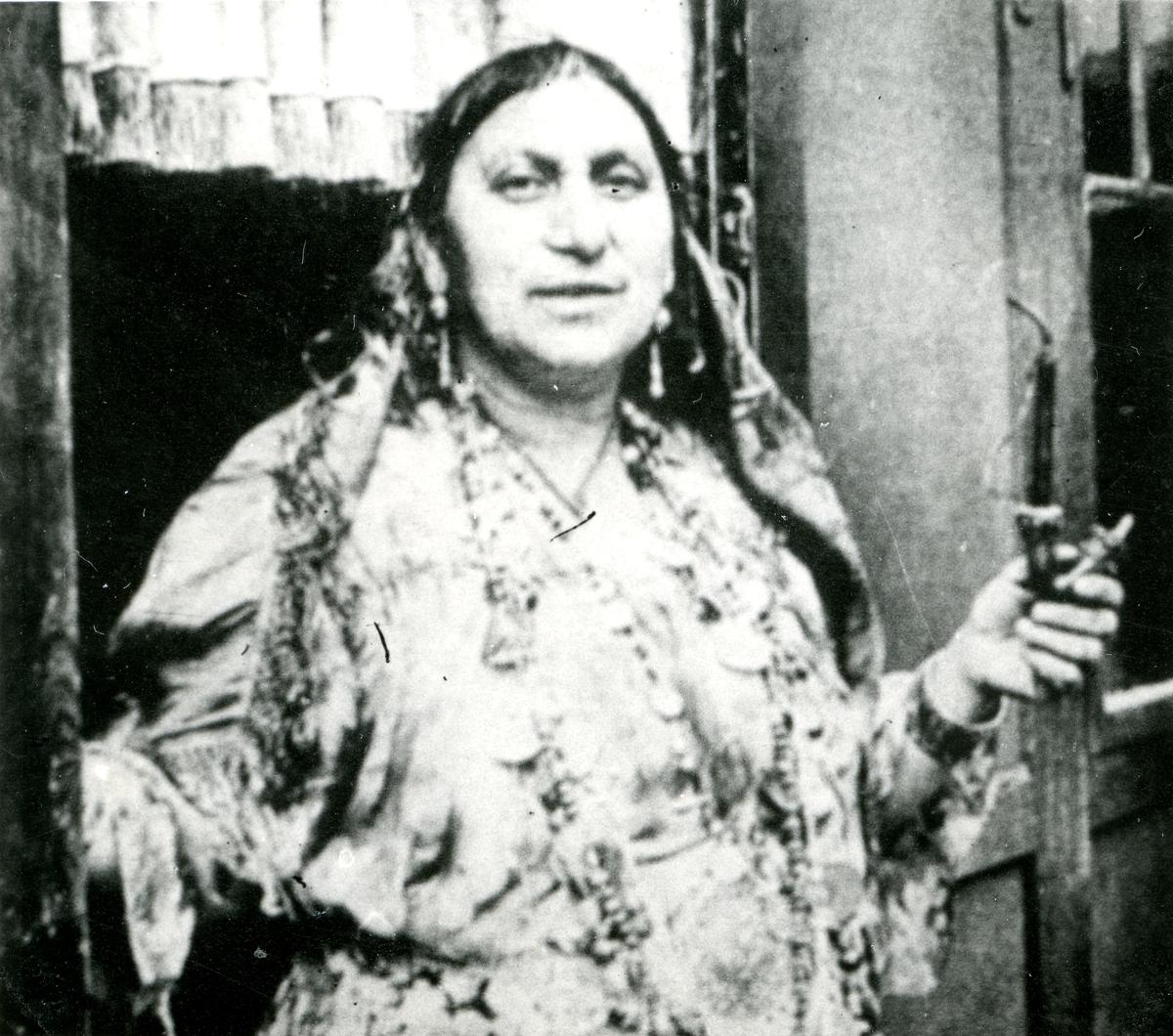 En äldre kvinna avporträtterad vid en dörrpost. Bildens ursprung är okänt.