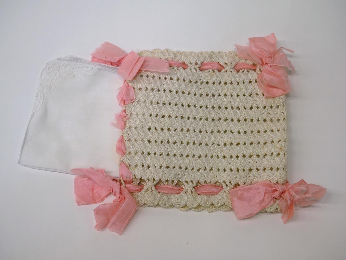 Näsduksväska med tre näsdukar. Virkad och sammansatt med rosa sidenband.