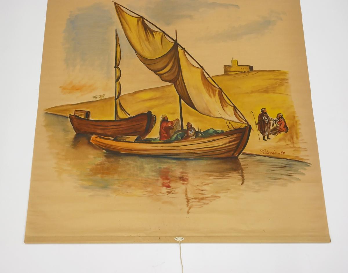 """Rullgardin med målat motiv föreställande två båtar vid en strandkant och ett ökenlandskap. I den ena båten sitter två personer och ytterligare två personer syns på stranden. I bakgrunden syns en byggnad. Målningen är utförd av Paul Petersén och signerad """"P. Petersén -40"""". Rullgardinen är fäst med spik på en rullgardinskäpp av trä. På käppen sitter en etikett med texten """"HAGLUNDS ECLIPSE MEKANISK RULLGARDINSKÄPP"""""""