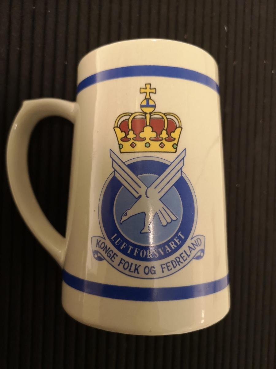 Emblem Kongsvinger Festning på ene siden. Luftforsvarets emblem på andre siden.
