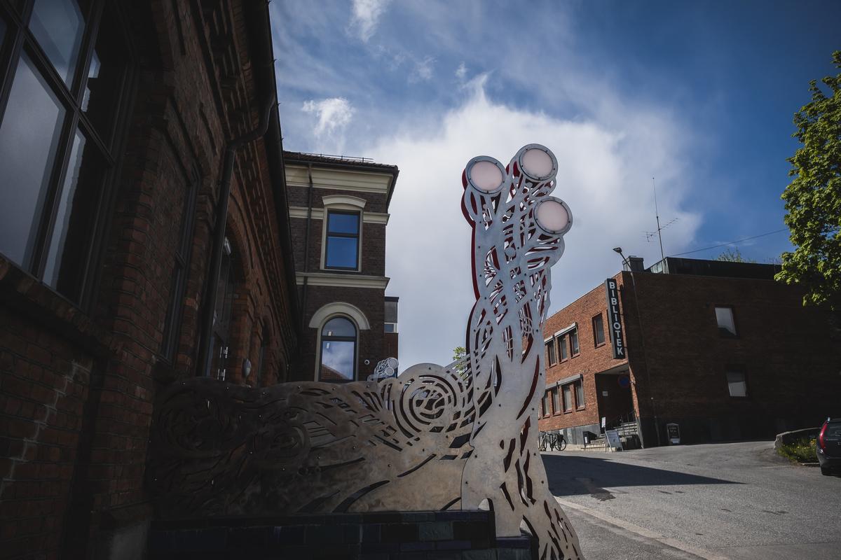 Organisk ornamentikk som strekker seg mot himmelen.