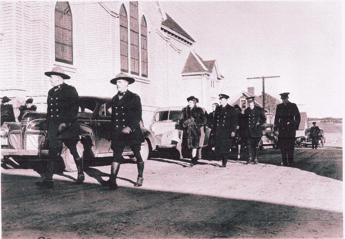 """"""" Camp Norway"""", Lunneburg, Nova Scotia, februar 1942.  Kronprins Olav og Kronprinsesse Martha på besøk - på vei til kirken"""