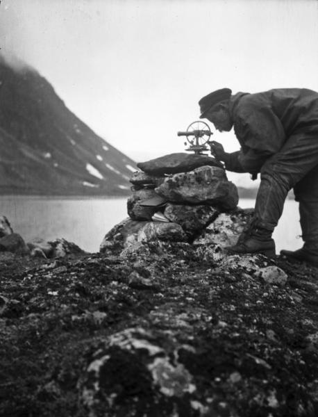 Forsker på Svalbard undersøker landskap. Foto/Photo