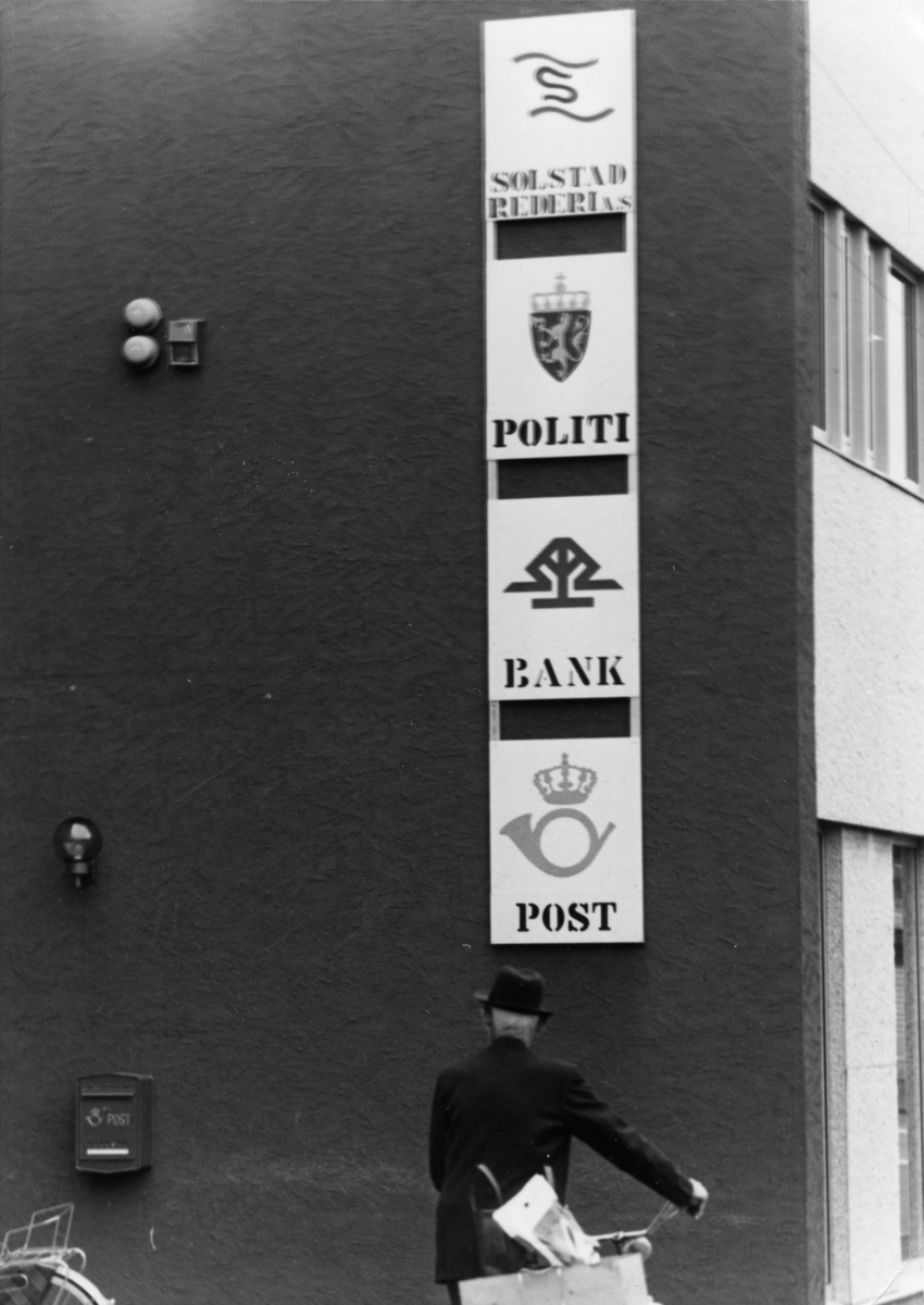 Postskilt. Politi. Bank. Post. Bank.