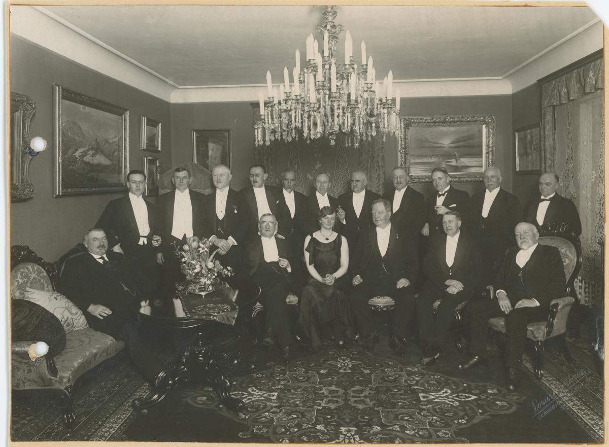 Fra en tilstelning for tillitsmenn m.v. i A/S Alpha i advokat H. A. Knudtzon, sitt hjem i Oslo 8. mars 1930. Han var styreformann fra 1892 til sin død i 1933.  Stående rekke, fra venstre: 1. Harald Egers, 3. Halvdan Næsje, 5. L. P. Sterud, 6. Gustav Amundsen. Sittende rekke, fra høyre: 1. Henrik Skallerød (gårdbruker, Øvre Ramberg), 3. Bjørn Kristensen, 4. trolig fru Knudtzon, 5. advokat Knudtzon.
