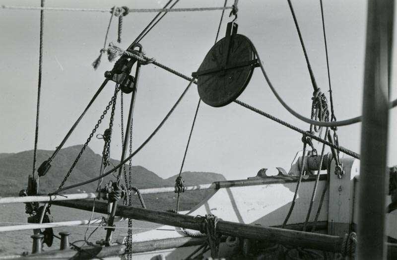 Tauverk og talje på fiskebåt