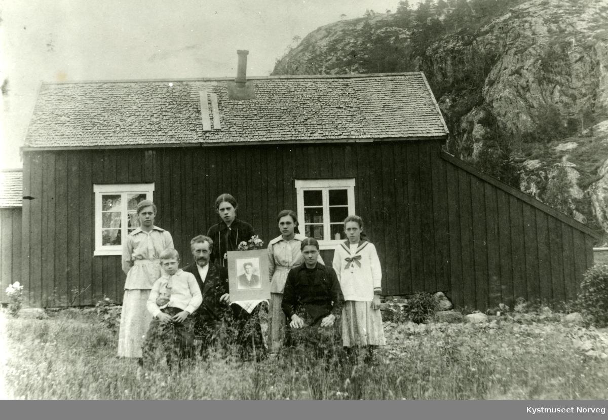 Nærøy, fra venstre: Olav Brun, Anton Adolf Brun, Petra Anette Brun. Bak Marie Brun Blavik, Jenny Brun Urdshals, Astrid Brun Hågensen og Ingrid Brun Bjørnli