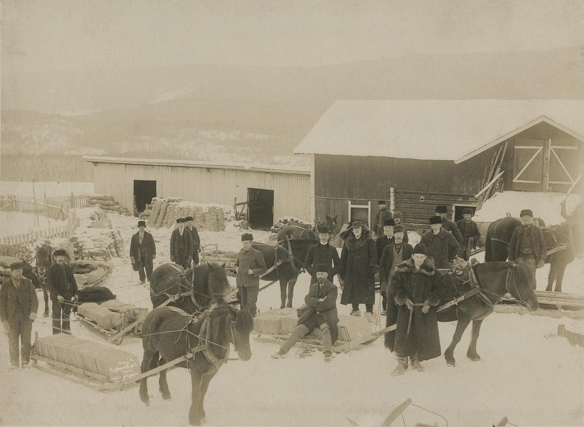 Ei gruppe menn samla utanfor skiferbruddet truleg i Øystre Slidre.