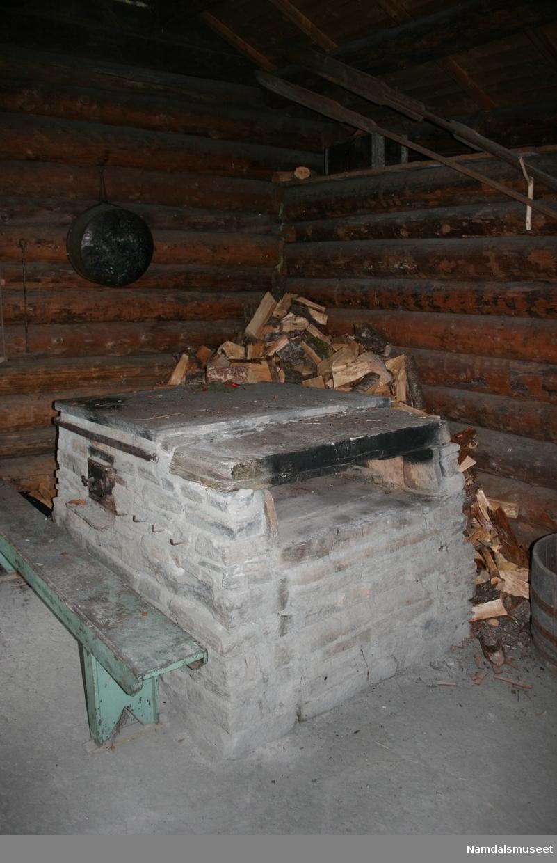Bygning i laftet tømmer. Torvtak. Lyre på taket for røykutslipp fra bakeroven. Lager for ved på utsiden under tak.