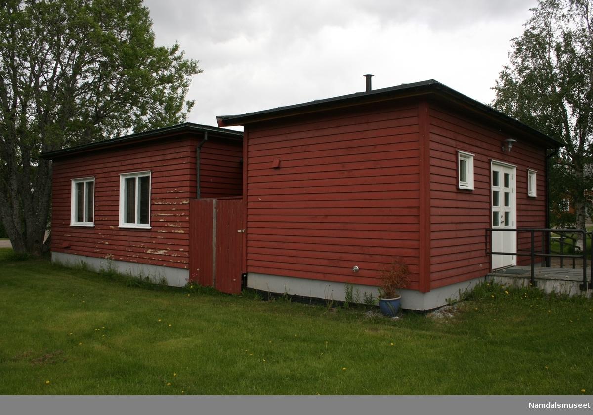 Huset er bygget i 1936 i reisverk. I 2009 fikk huset et påbygg i samme stil. Påbygget inneholder gang, kjøkken og handicapklosett.