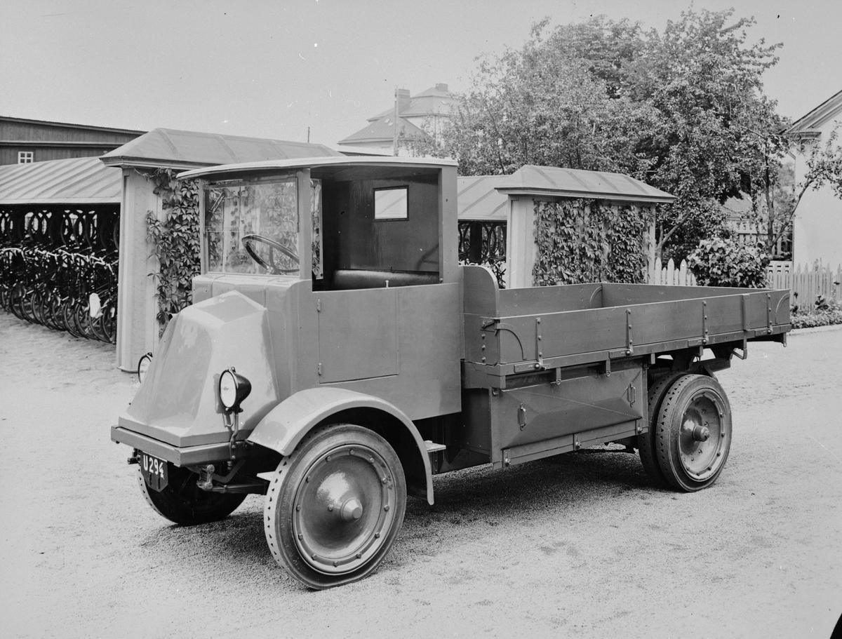 El-lastbil från 1927. Längd: 4,8 m, bredd: 1,85 m, lastkapaciteten 2,5 ton. Aktionsradien på en laddning av batterierna rörde sig om 70 km. Ett 70-volts batteri med 300 ampere gav en motoreffekt av 11 hästkrafter.