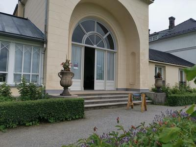 Inngang museumbutikken på hagesiden. Foto/Photo