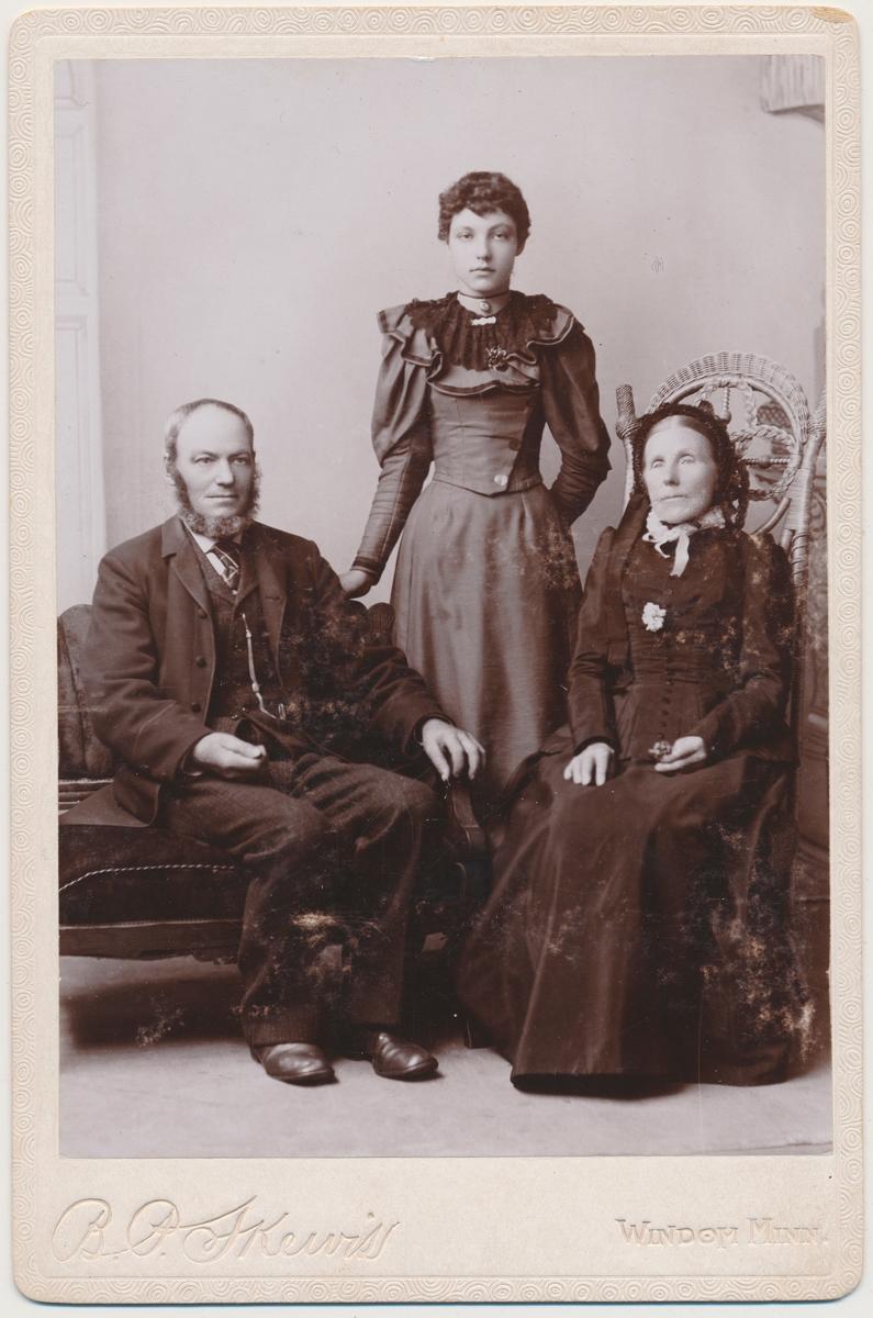 # personer; et voksent par og ei ung jente. Jentas navn har vi fra et annet foto nemlig Eivor Smestad.