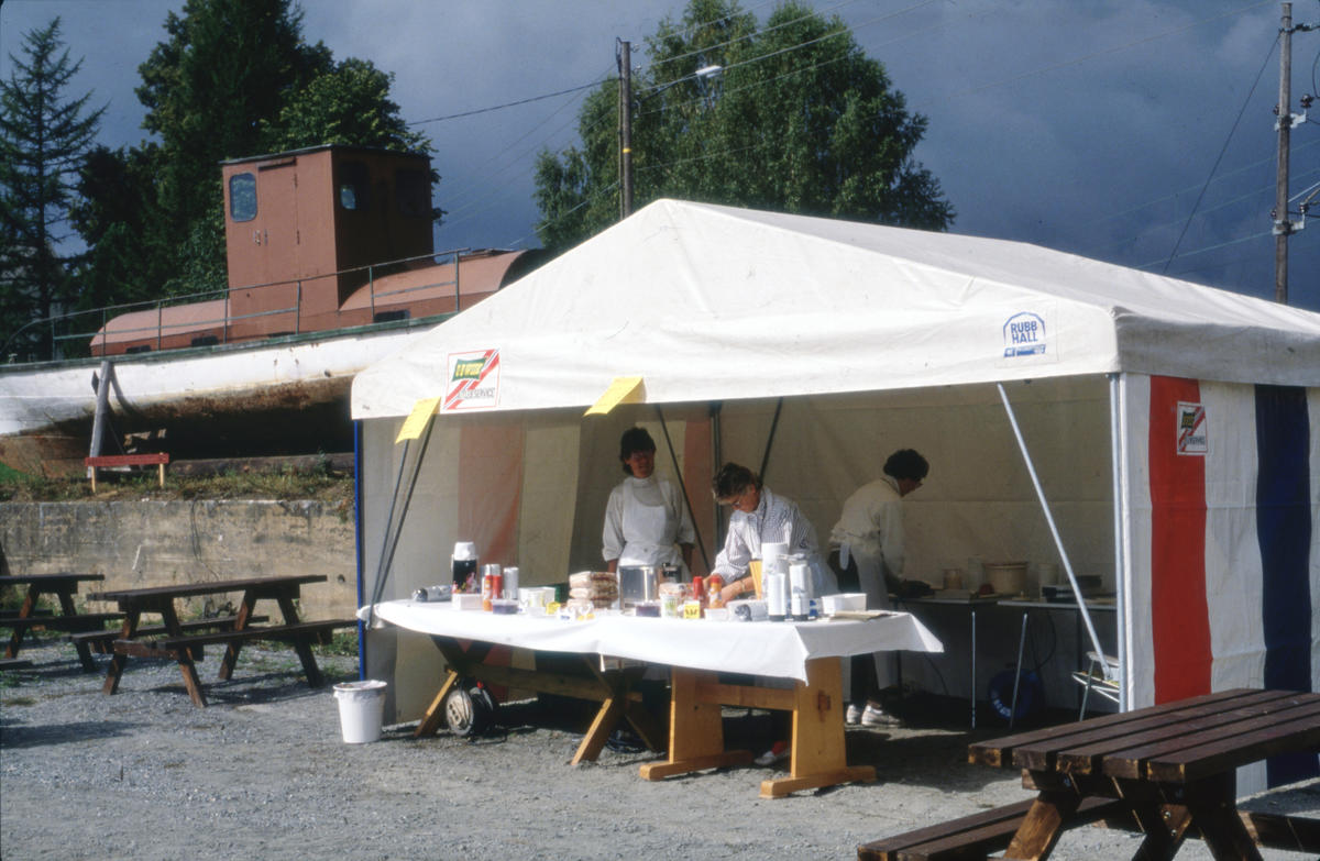 I et telt på Viubanen stod frivillige for matserveringen. Foto: Per Emil Berg