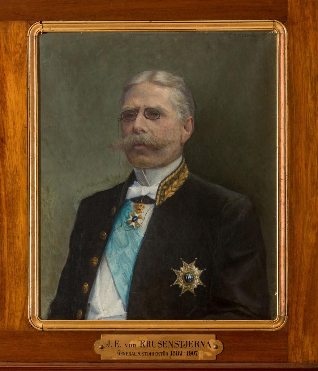 """Porträtt i olja av generalpostdirektör J.E. von Krusenstjerna.  En mässingsskylt med text: """"J.E. von Krusenstjerna, Generalpostdirektör 1889-1907"""" hör till. Duken är fäst på en plåt."""