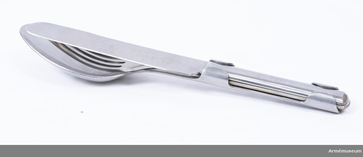 """Kniv av rostfritt stål med flat skaft. På kniven står """"rostfritt stål"""", """"Eskilstuna"""" och  graverad krona. Ingår i matbestick bestående av sked, kniv och gaffel, för menig vid armén, Finland, 1939."""