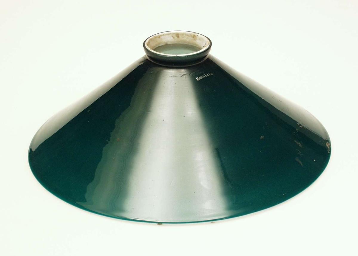 Taklampe med grønn skålformet skjerm i overfangsglass. Skjermen er festet til sokkelen med en enkel bøyle og tre skruer.