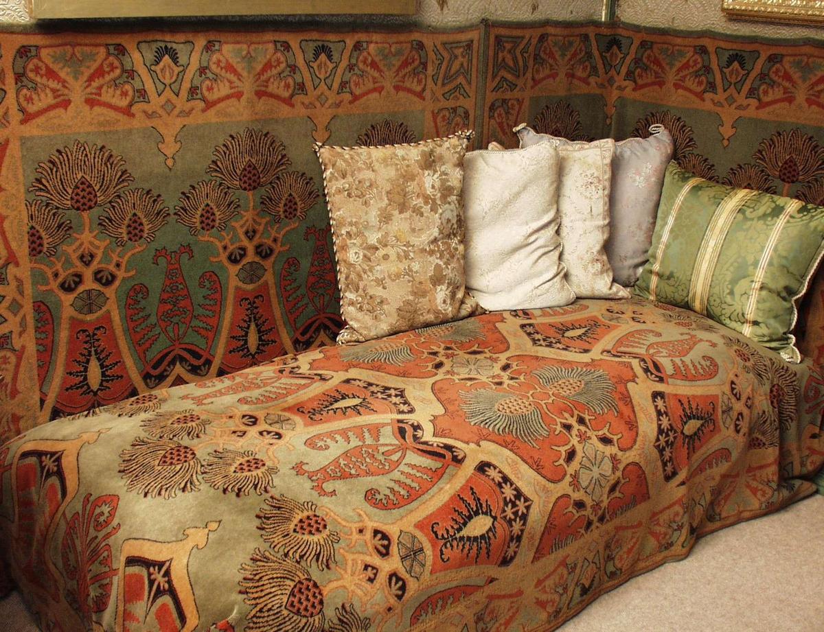 Sovesofa med treramme og trekasse med plass til sengetøy.