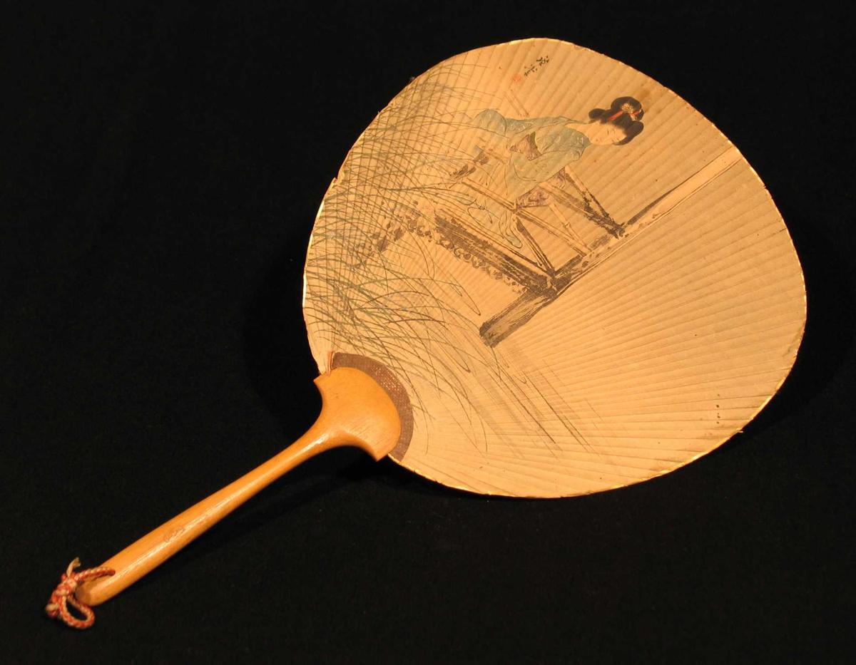 Damevifte i papir, forsterket med trespiler. Glatt treskaft. Håndmalt motiv av dame i stol. Gull langs kanten.