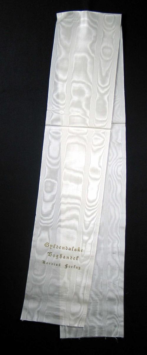 Hvit silkesløyfe.