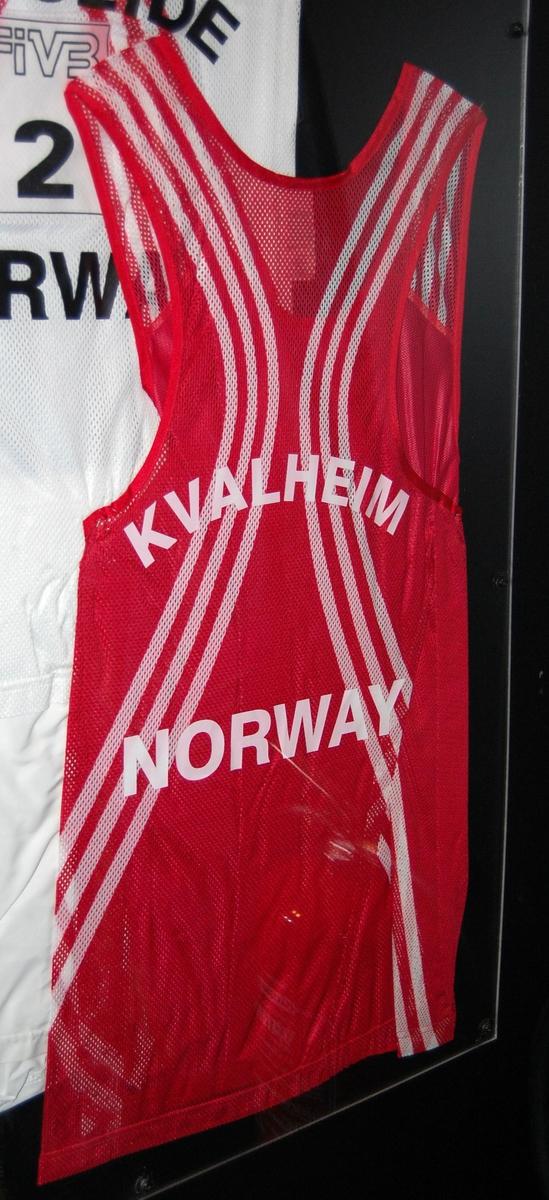 Rød volleyballtrøye, av typen singlet,  med hvite striper.