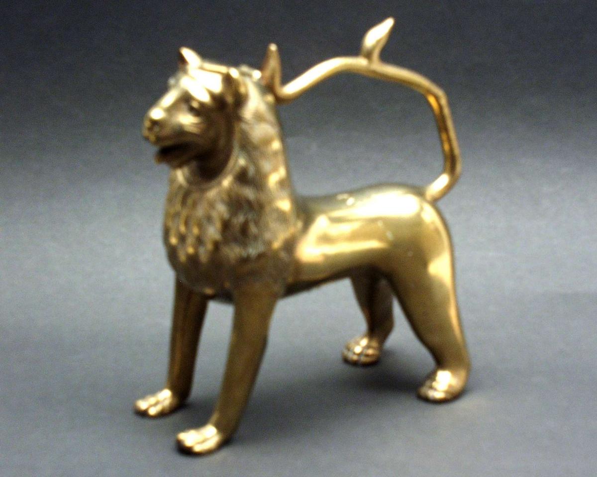 Akvamanilen er støpt i messing. Den er vakkert utformet som en løve.
