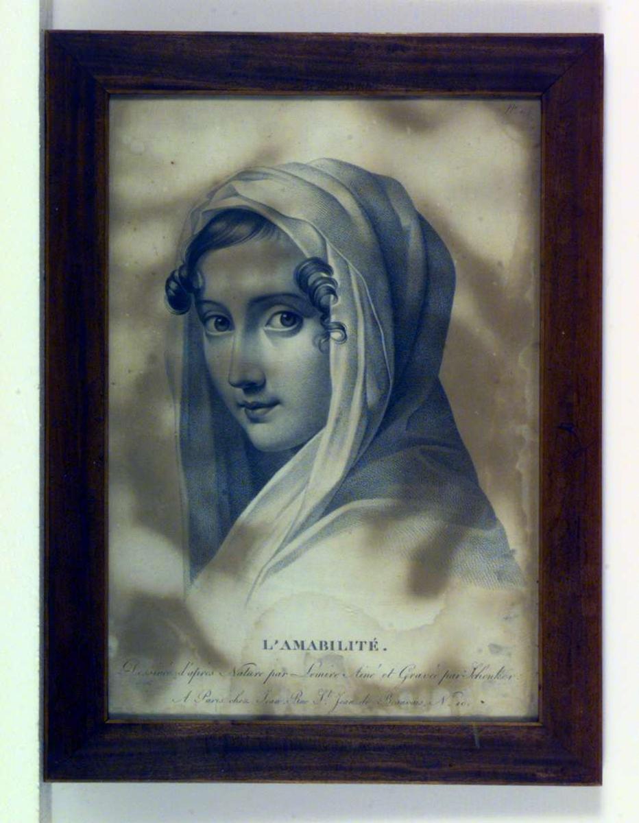 Portrett av en ung kvinne med sjal hengende over hodet.