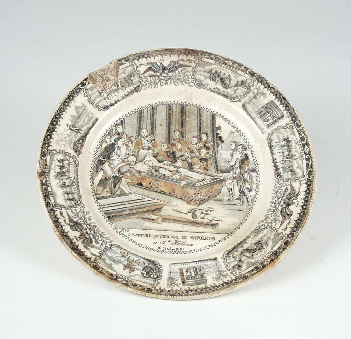 Tallerken med dekor. Motivene har tilknytning til Napoleon. Materiale er 'porcelaine opaque'.