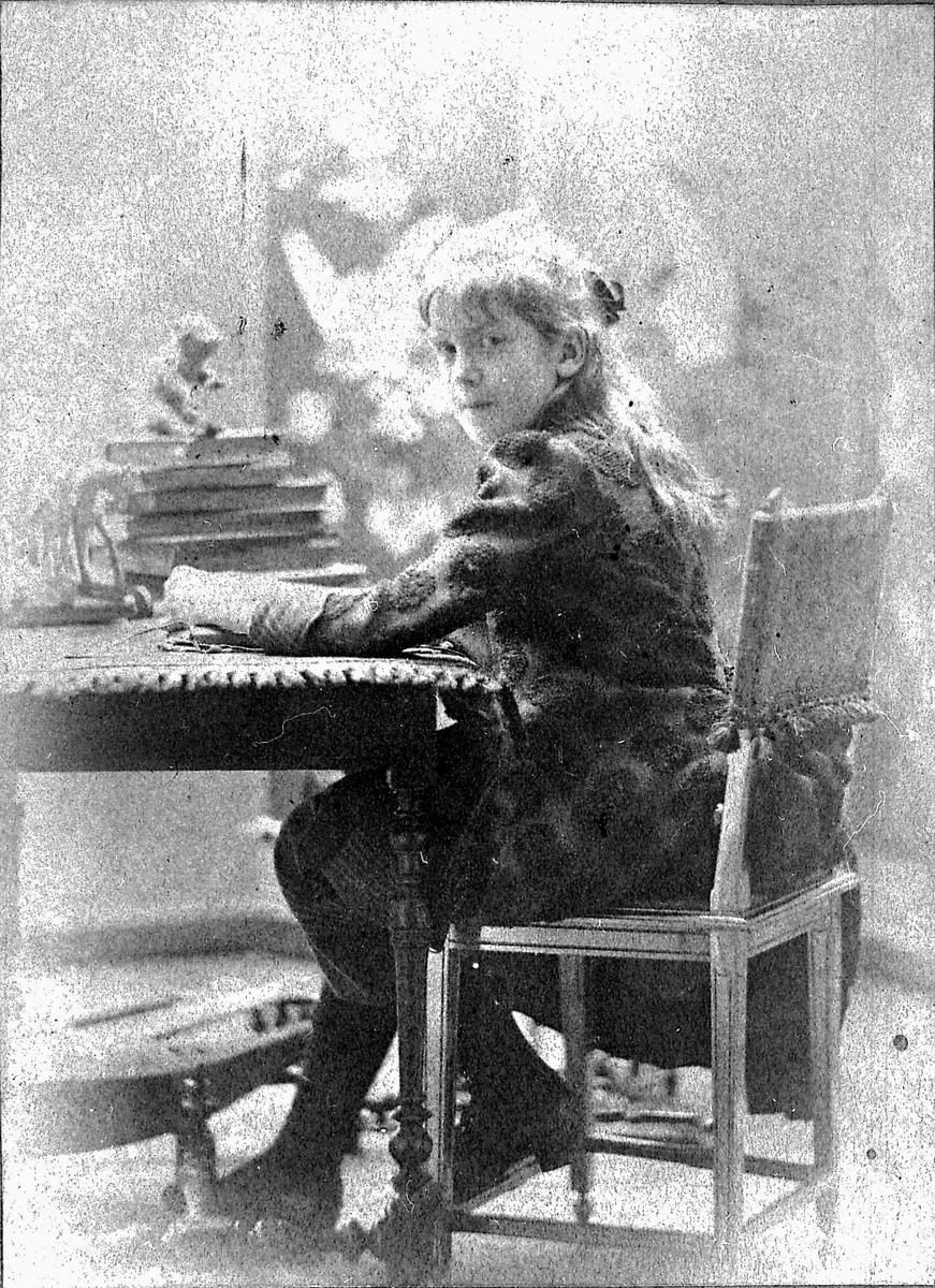 Dagny, Paris, stol, skrivebord