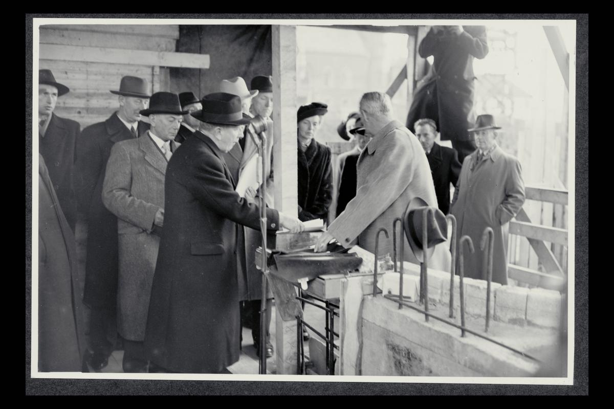 eksteriør, postkontor, 5002 Bergen, nybygg, under oppføring, gruppe menn