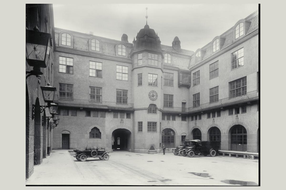 eksteriør, postkontor, 0101 Oslo sentrum, gårdsplass, biler, mann