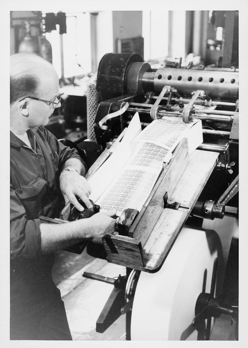 frimerketrykking, frimerkeproduksjon hos Emil Moestue A.S., dyptrykk, rasterdyptrykk, trykking av NK 696, 80 øre Glede / Ungdom og fritid, perforering av arkene