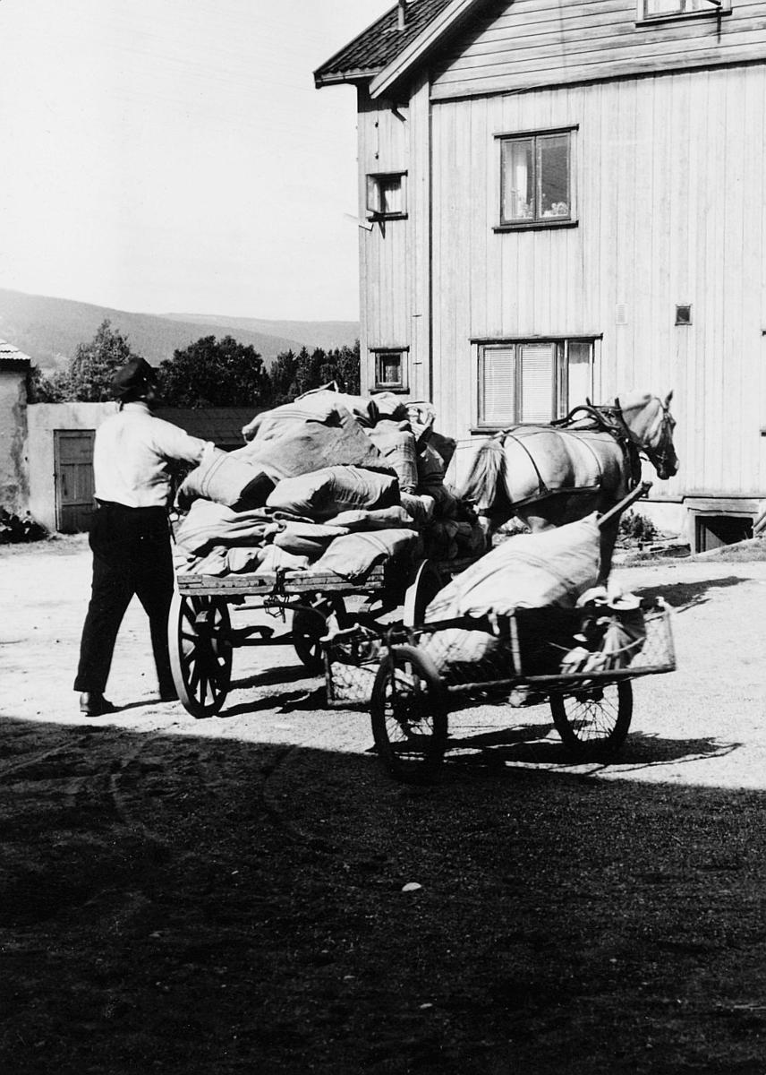 transport, posthesten Julie, postbetjent Godfred Kristiansen, vogn fire hjul, postsekker, Lillehammer postkontor