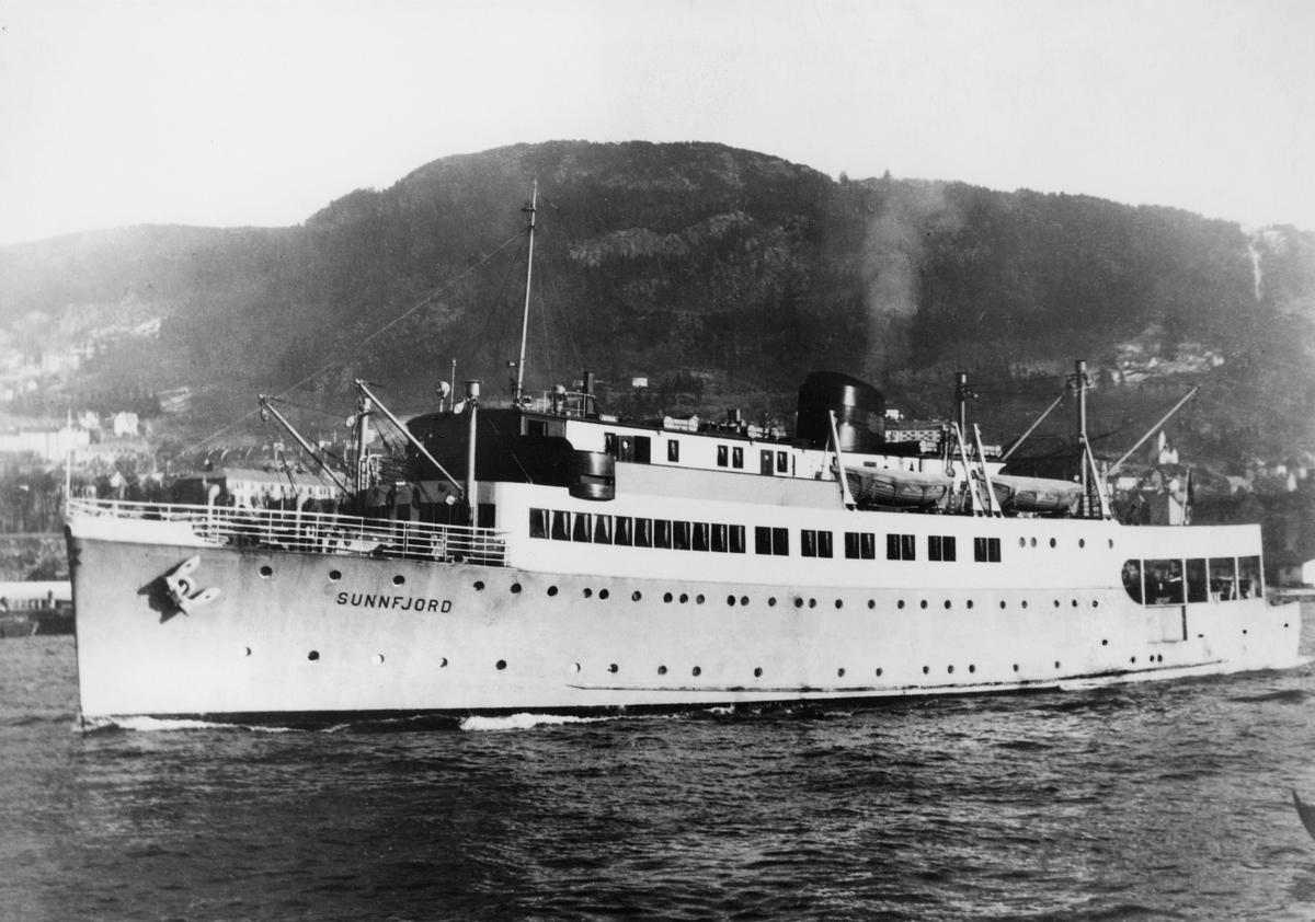 """Laste- og passasjerskip, eksteriør, M/S """"Sunnfjord""""."""