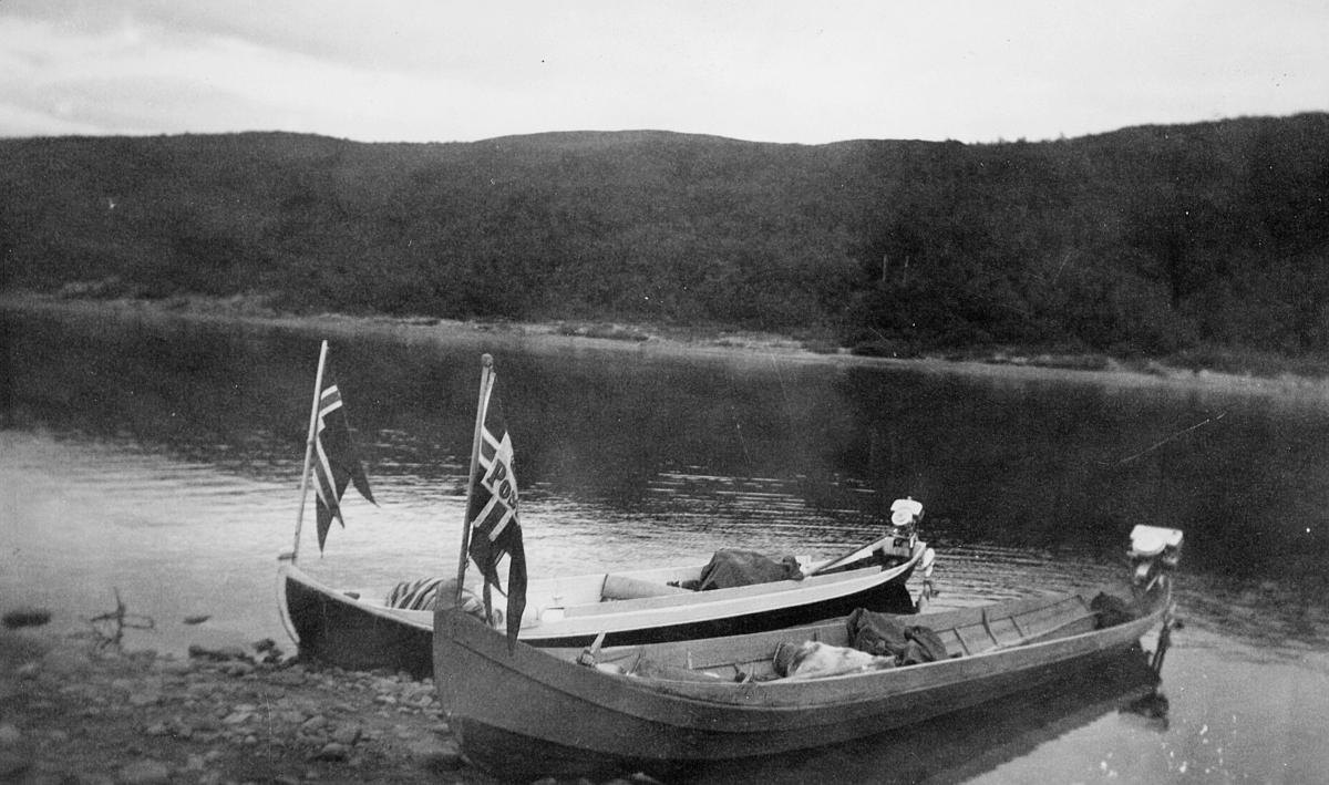 transport båt, 2 elvebåter, på Tana, med postflagg, ved land