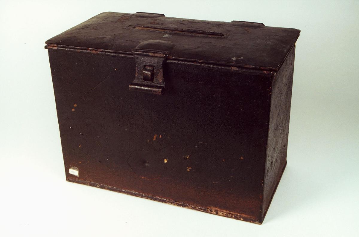 Postmuseet, gjenstander, skrin, bøyle i front til hengelås.