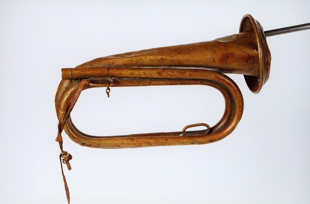 Postmuseet, gjenstander, posthorn, trompettype, mangler munnstykke, tuten er brettet bakover, liten lærrem.