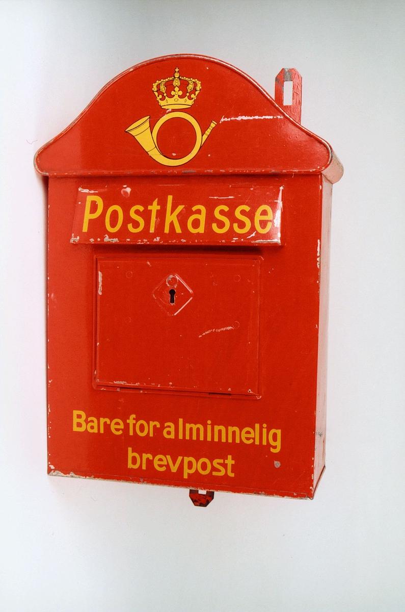 Postmuseet, gjenstander, postkasse, brevkasse, nøkkelhull, uten plakat, posthorn med krone (postlogo), Postkasse Bare for alminnelig brevpost, fra før 1956.