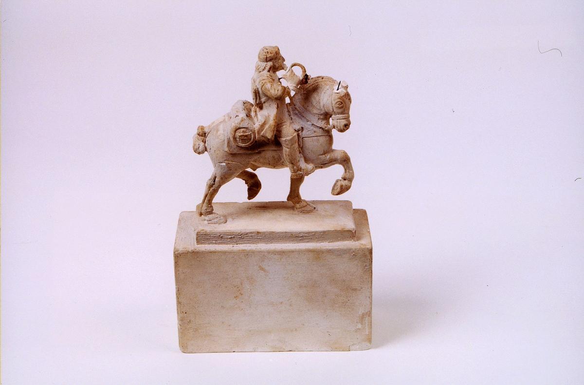 postmuseet, gjenstander, statuett, miniatyrstatue, rytterstatuett i gips, rytter