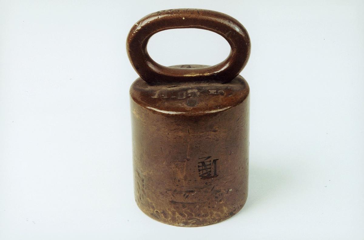 Loddet har vært brukt av bankobud for å støtte brevene under karteringen på budlistene. 1 stk. 2 pundslodd preget om til 1 kg lodd