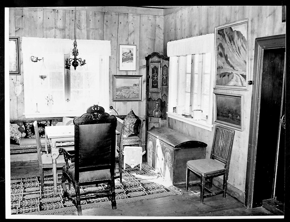 Interiør, peisestue, bord, stol, kiste,