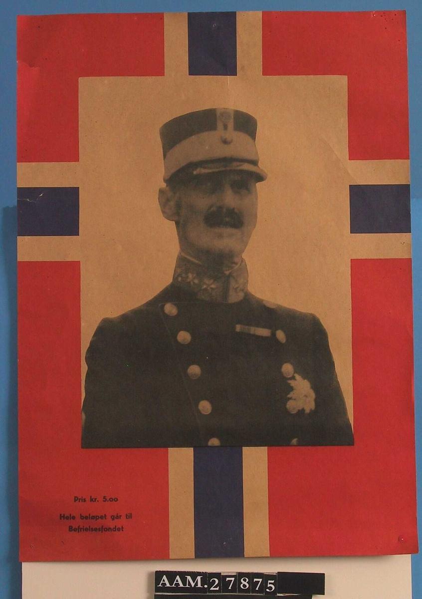 Portrett av Kong Haakon VII over et norsk flagg.