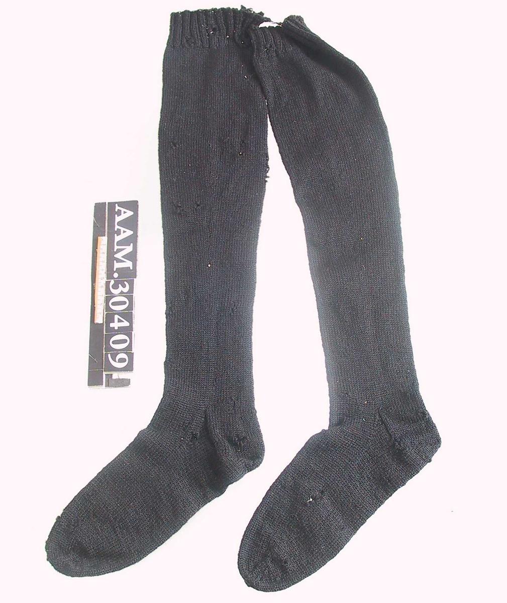 Form: Lange, figurstrikka strømper til over kneet.
