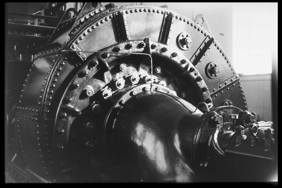 Arendal Fossekompani i begynnelsen av 1900-tallet CD merket 0470, Bilde: 42 Sted: Bøylefoss Beskrivelse: Maskinsalen. Gammel tysk turbin