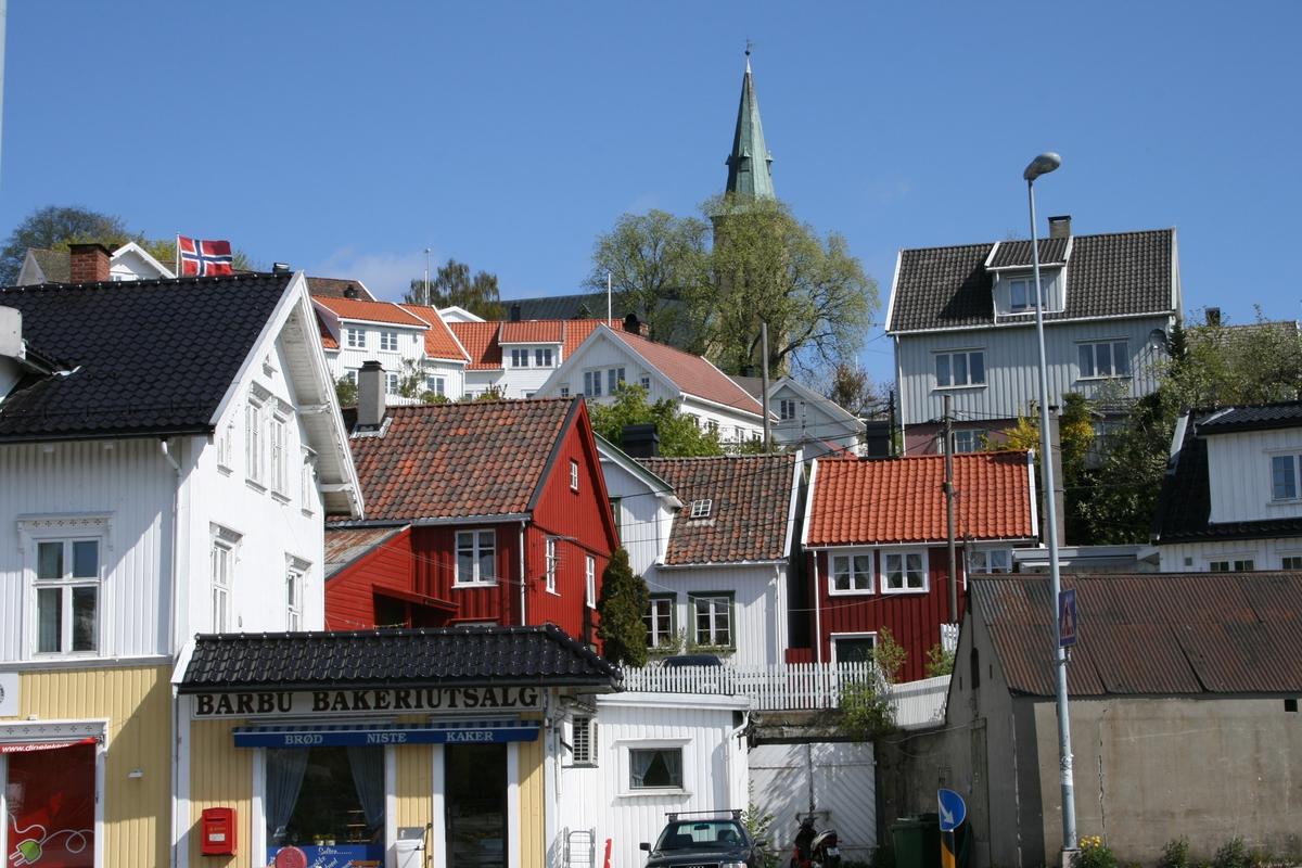De sentrale strøk av strandstedet Barbu, med Barbu kirke øverst i bakgrunnen.
